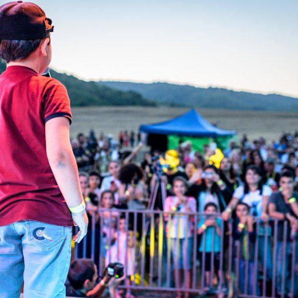 01 Kind Auf Der Bühne Beim Völkerverbindenden Festival One Caucasus