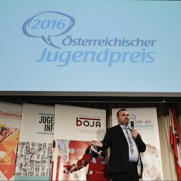 Gerhard Moßhammer spricht auf der Bühne beim Österreichischen Jugendpreis 2016