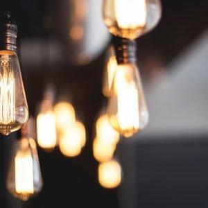 Projektfoto ESK RC. Leuchtende Edison-Glühbirnen vor schwarz-grauem, unscharfem Hintergrund