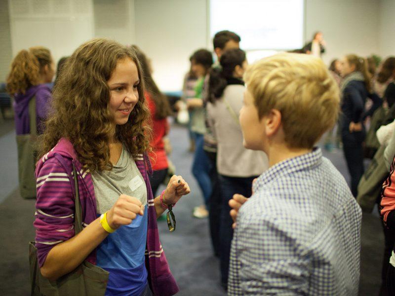 Eine Schülerin spricht mit einem Schüler während einer Gruppenübung