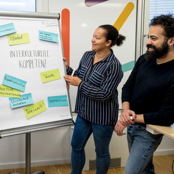 03 Angebote Alice Scridon Hält Seminar Zu Interkultureller Kommunikation